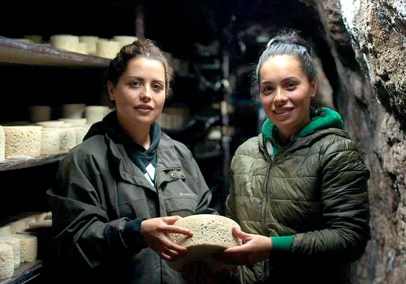 Hermanas Soberón en la cueva del queso